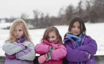 dziewczynki w kurtkach zimowych